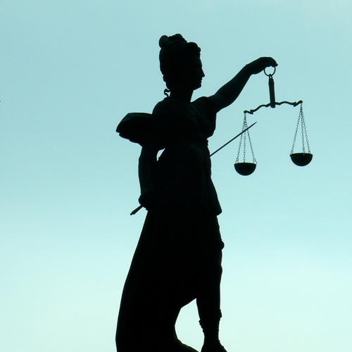 Statue der Justitia im Abendlicht – ist das gerecht?