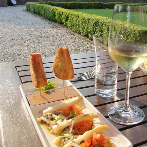 Himmlisch: Vorspeise und Wein in der Abendsonne des Schlossgartens